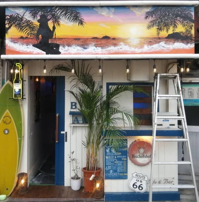 Barの看板に海の絵